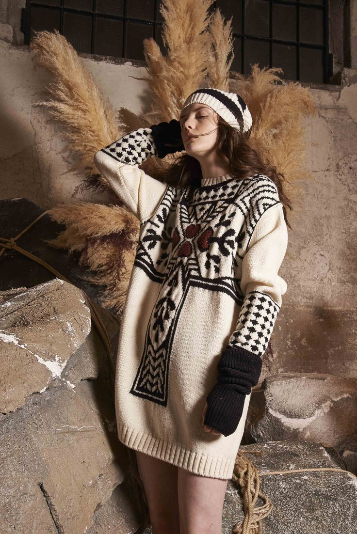 Take a look to I'm Isola Marras Pre-Fall 2017-18collection: the fashion accessories and outfits seen on Milano runaways.