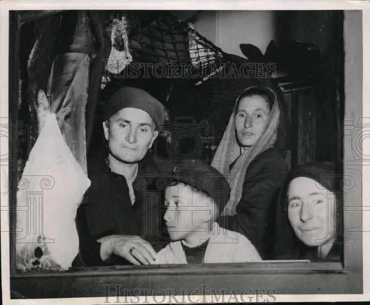 1954 Press Photo Greek Civil War refugees returning home from concentration camp