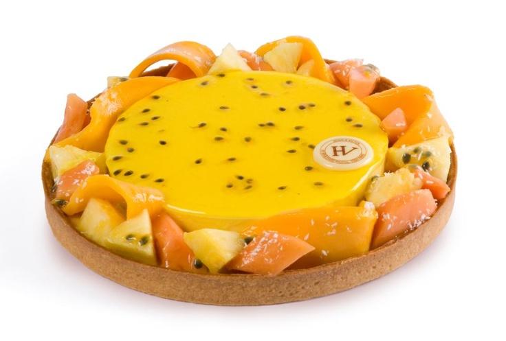 Tarte Gauguin: pâte sablée - mousse passion aux éclats de gingembre confit - crème d'amande et de coco - panaché de fruits exotiques (ananas, mangue, passion, papaye)
