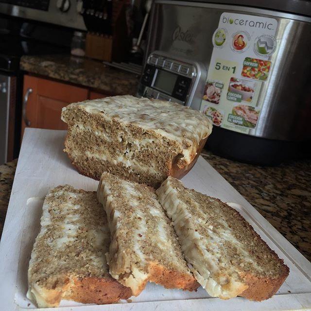 WEBSTA @ yosyfinol - Lo que yo les pueda escribir por aquí queda cortisimo, para describirle lo espectacularmente rico que quedó este pan, solo les comento que en mi casa no esperaron ni que se enfriara. Sencillo y muy fácil de hacer, solo mezcle los ingredientes, yo utilicé la batidora de inmersión  de @osterlatino luego lo coloque en un molde de silicon en capas de mezcla y queso de Almendras y lo lleve al horno, ups! No utilice el horno, lo metí en la olla mutifuncion 5 en 1 de…