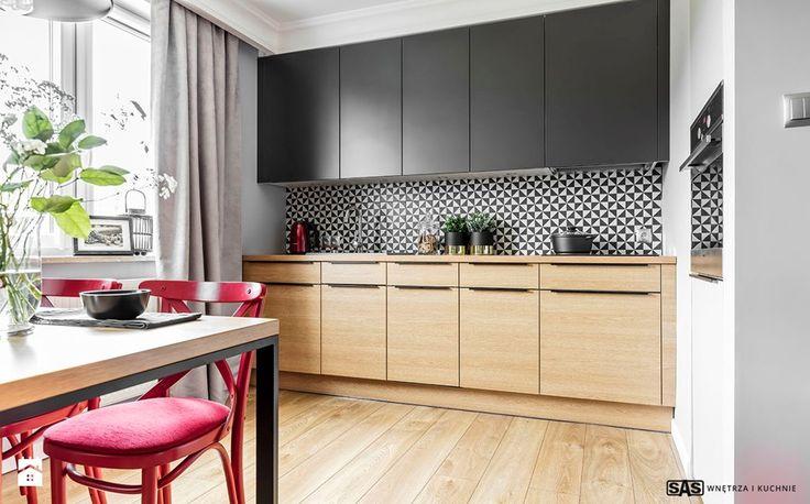 Mieszkanie z czerwonym akcentem - Mała otwarta kuchnia w aneksie z oknem, styl industrialny - zdjęcie od SAS Wnętrza i Kuchnie