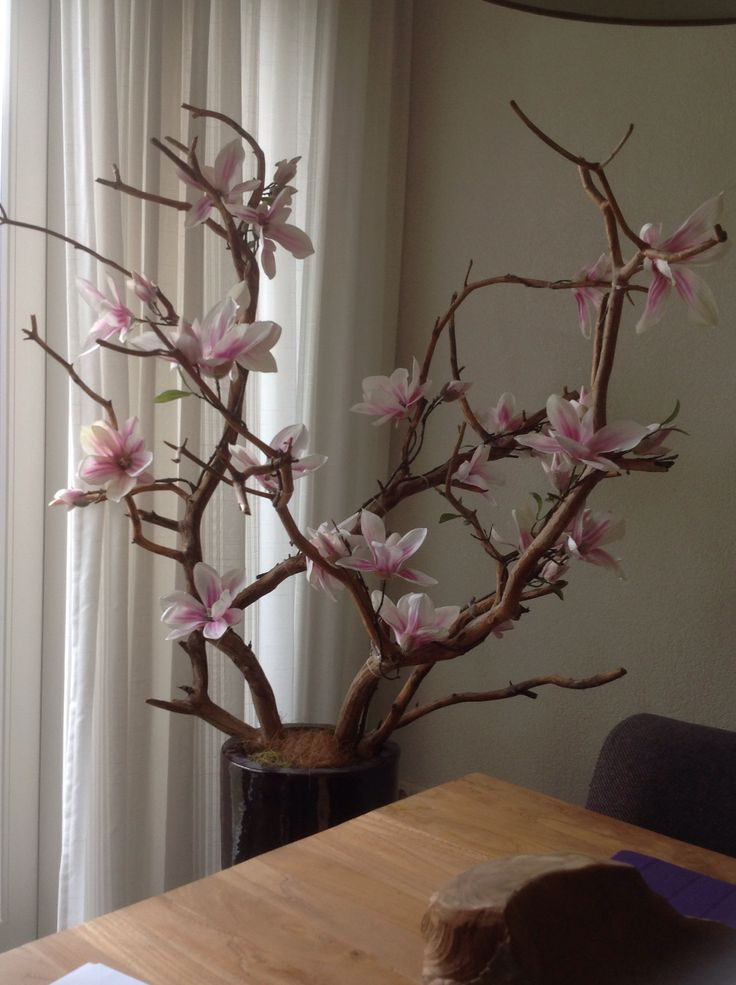 Takken uit het bos met zijde bloemen omwikkeld