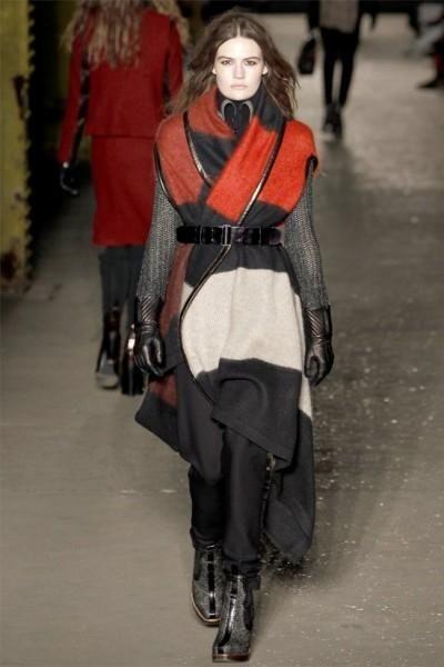 Пончо, пальто, черный ремень, черные брюки, черные перчатки, черные ботильоны