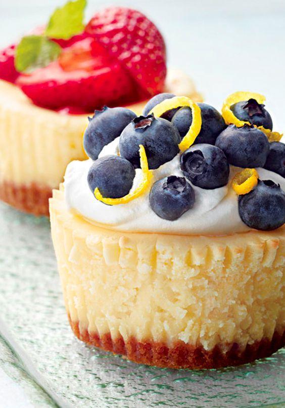 Mini cheesecakes PHILADELPHIA con moras azules- Los mini cheesecakes encantarán a todas tus amistadas a la hora del cafecito gracias al sabor tan particular que le otorgan las moras azules (blueberries).
