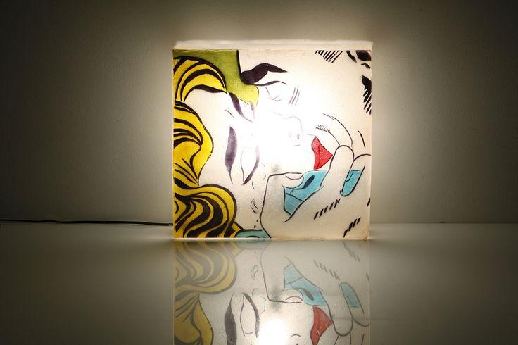 Lichtenstein wall desk lamp - Xειροποίητο φωτιστικό διπλής χρήσης (μπορεί να χρησιμοποιηθεί ως επιτραπέζιο ή φωτιστικό τοίχου) από fiberglass  Ελαφρύ και ανθεκτικό, μπορεί να κρεμαστεί εύκολα απο ένα λεπτό καρφάκι στον τοίχο.