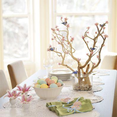 Clima de Páscoa com ovos coloridos, guardanapos e flores em uma composição super agradável na sua mesa de jantar.