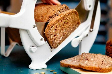 Opskrift på lækkert glutenfrit rugbrød fra Anette Harbech Olesen og Lone Bangs nye kogebog.