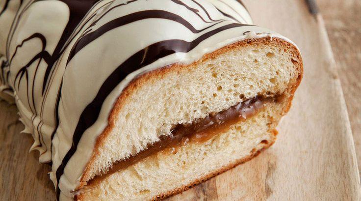 Η ιστορία του ...  Τσουρεκιού!  Είδος γλυκού ψωμιού που απολαμβάνουμε στη χώρα μας όλοκληρο τον χρόνο αν και συνδέεται με την περίοδο του εορτασμού του Πάσχα.   Κατά την εγχώρια παράδοση, το τσουρέκι συμβολίζει την ανάσταση του Χριστού και την καλή τύχη, για αυτό και παλαιότερα οι αγρότες έθαβαν στα χωράφια τσουρέκι και τσόφλια αυγών, πιστεύοντας ότι θα βοηθήσει στην καρποφορία.   Σύγχρονες παραλλαγές του τσουρεκιού περιλαμβάνουν την προσθήκη γέμισης και την επικάλυψη με άσπρη ή μαύρη…