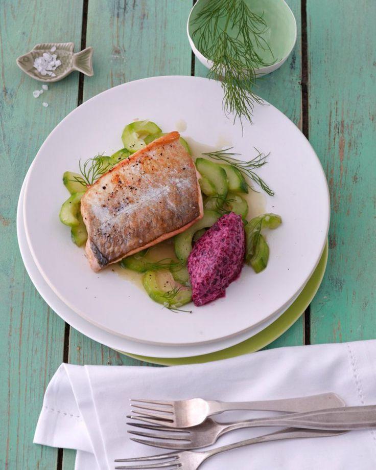 Nordische Kombination: Rote-Bete-Tatar mit Meerrettich zum gebratenen Fisch auf lauwarmem Gurken-Dill-Gemüse. Unfassbar gut!