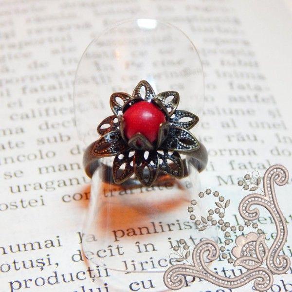 Inel din bronz, vintage, in forma de floare, cu miez de Howlit rosu. Contrastul dintre verdele bronzului si rosul howlit-ului, face din aceasta bijuterie o alegere potrivita unei tinute indraznete.