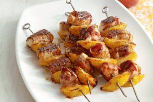 Brochettes de poulet et de pêches au bacon