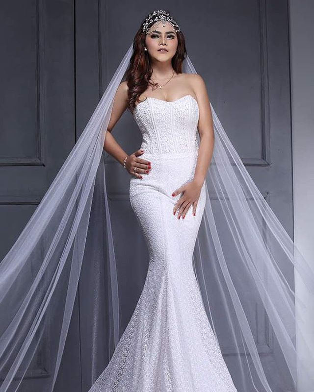 MUA @bzahmadbadru PAR@chevybarlians Muse @kiki HAIRDO@iliyindindinredc #weddingdress #weddingideas #bride  #bridal #pengantin #mua #fashionworld #white #veil #mermaid #photogrhaper #photoshoot #model #pose http://gelinshop.com/ipost/1516374416601997923/?code=BULPn9wDWJj