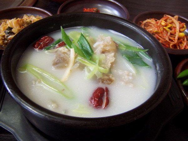도가니탕 Dogani-Tang.  A bowl of beef knee-bone soup served with a bowl of steamed rice. 6.000KD
