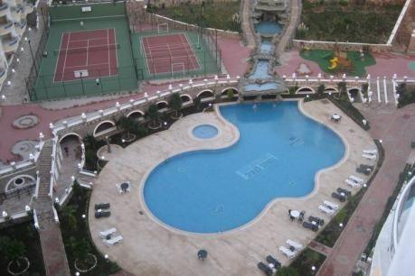 Paradise Hill Resort  Ruim penthouse op het 5-sterren Paradise Hill Resort op loopafstand van het strand van de Turkse Rivièra. Dit penthouse ligt op ca. 750 meter van het dorp Mahmutlar in de omgeving van Alanya. Dit penthouse ( op negende en tiende verdieping) is van alle comfort voorzien zoals luxe inrichting vier ruime balkons finse sauna en whirlpool. De balkons bieden uitzicht op Alanya de zee het Taurus gebergte en het park. Het resort biedt talloze faciliteiten waaronder twee grote…