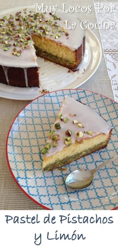 Pastel de Pistachos y Limón: Una tarta con una capa crujiente de pistachos, una capa suave y esponjosa de limón y un recubrimiento de glaseado de limón. ¡Una mezcla de texturas y sabores deliciosa! :-) Encuéntrala en www.muylocosporlacocina.com