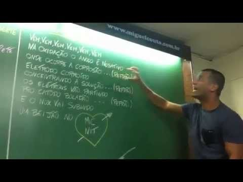 Professor dando aula de química com funk