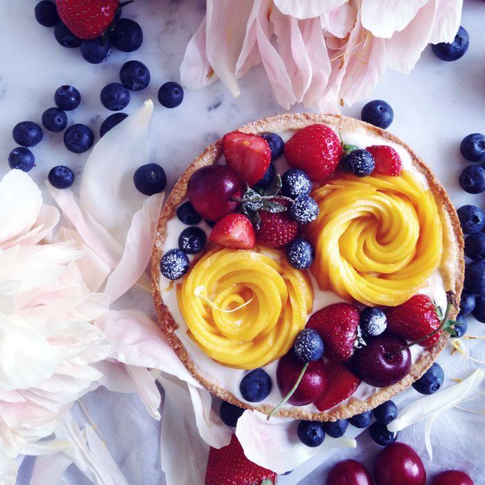 timo e basilico: Crostata leggera di frutta fresca { e rose di mango }