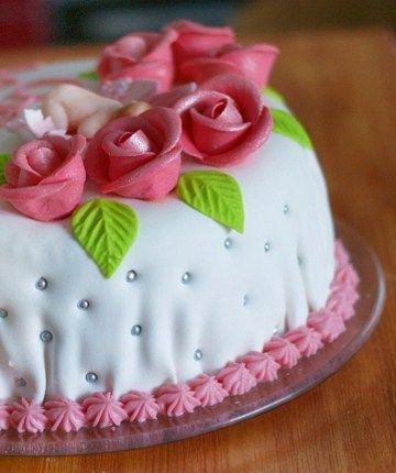 Jakiś czas temu razem z Jackiem upiekliśmy tort w kształcie autobusu (klik). Jak na pierwszy wspólny tort to byliśmy bardzo zadowoleni z efektu. Na domiar dobrego ciasto było bardzo smaczne. Nie do końca byłam zadowolona z masy plastycznej jaką wtedy uzyskaliśmy. Była bardzo sucha, kruszyła się i nie dało się nią za bardzo pracować.