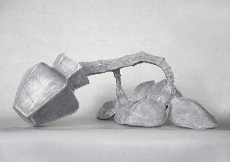 Mary Geradts: Vallende vaas - 2011 zink 42 x 109 x 83