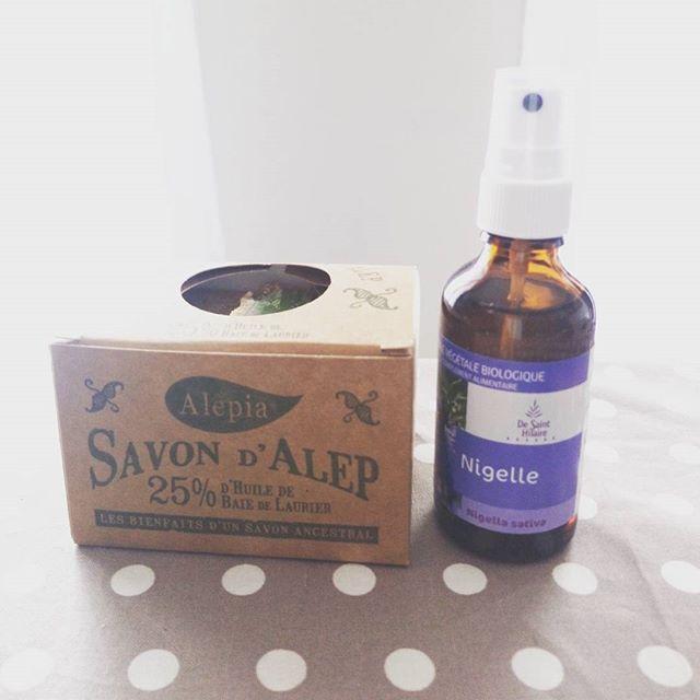 présentation de l'huile de nigelle et du savon d'alep que j'utilise dans ma routine anti acné