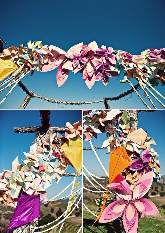 Arco para boda de flores de papel, molinillos de viento y...