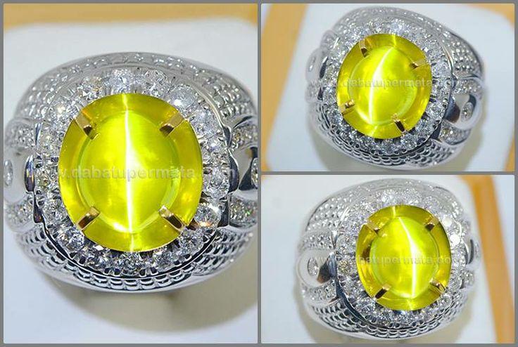 ★ Sparkling Hot Metalik Lemon CAT'S EYE Chrysoberyl Srilanka ★ Code :CE 113 + Sertifikat Nama :CAT'S EYE Asal/Origin :Srilanka Price/ Harga :USD $2000/ ct Berat Batu :7 ct Berat Total :19.6 gr Size/Ukuran :9.6 x 6.3 x 8.4 mm Shape/Bentuk :Oval Transparancy :Transparent Warna/Color :Yellow Clarity :Eye Clean Cutting Style : Cabochon Ring/Kerangka :White Gold + Diamond Phenomena :Chatoyancy