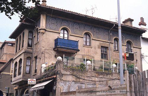 Edificio del Bar Ajuria, en la calle Andrés Cortina, años 80 (Colección Joseba Geijo) (ref. JG331)