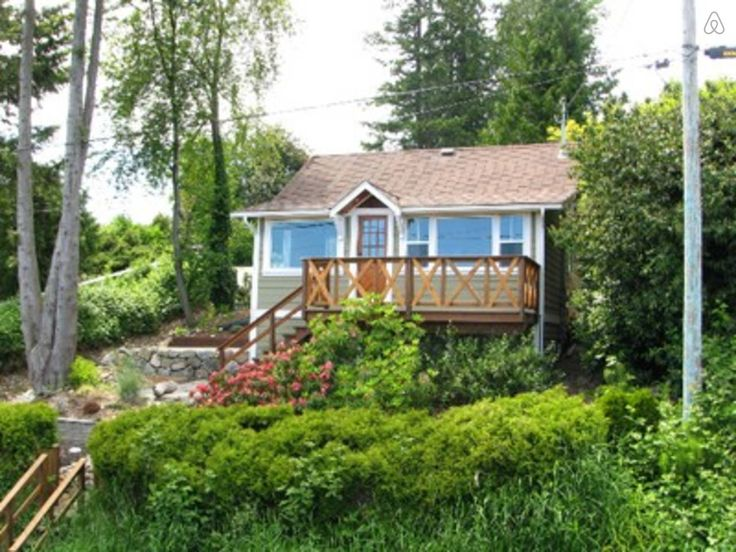 Beautiful Cottage, Bright, Fully renovated . Deck in the back with a BBQ - deck in the front for the morning coffee and decks on the side for relaxing with a book