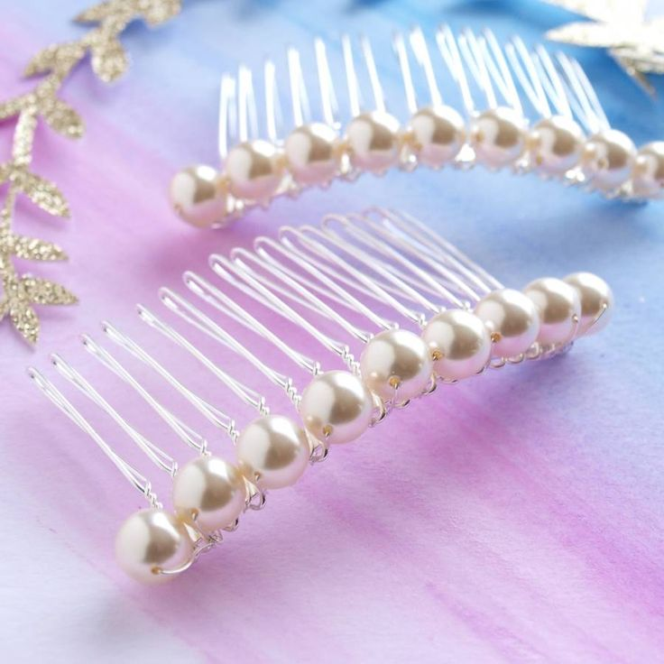 Are you interested in our pearl hair comb? With our bridal hair clip you need look no further.