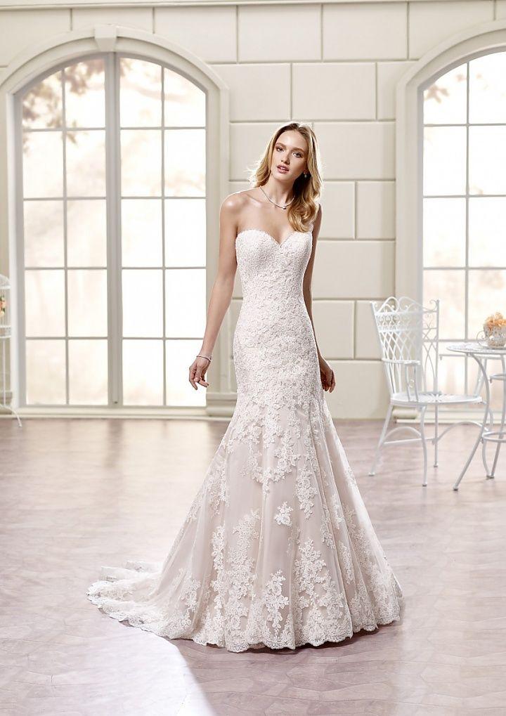 77998, collectie 2016 nb Voor de bruid die kiest voor modern en eenvoud is deze fishtail trouwjurk heel geschikt. Het kant laat de jurk voor zich spreken. Let op de prachtige applicaties die op de rok en sleep zijn verwerkt. #fishtail #zeemeermin #kant #strapless #koonings