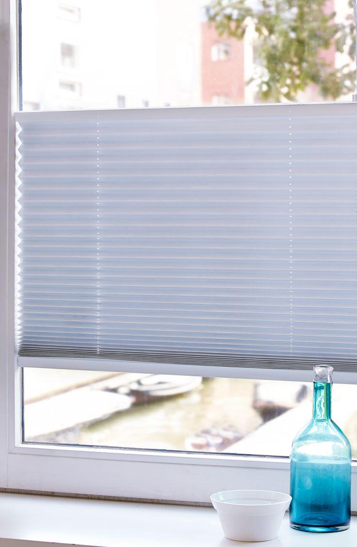 Praxis | Decoreer je ramen met plisségordijnen. Je kunt deze van bovenaf en onderaf verschuiven, dus ophangen op een naar jouw gewenste hoogte.