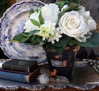 .Decor, White Flower, White Rose, Blue, Silver Trays, Floral Arrangements, Old China, Vintage Vignettes, Pretty Flower