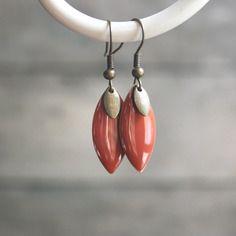 Boucles d'oreilles ethniques orange foncé et bronze, pendentifs navettes émaillées - bijoux ethniques