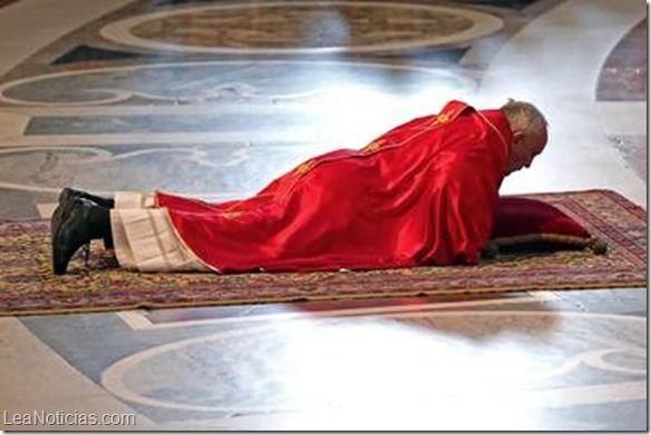 El papa Francisco presidió la celebración de la pasión de Cristo - http://www.leanoticias.com/2014/04/18/el-papa-francisco-presidio-la-celebracion-de-la-pasion-de-cristo/