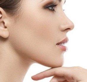 Wil je nu eindelijk iets doen tegen die onderkin? Lees hier de beste tips tegen een dubbele kin, met daarbij oefeningen, juiste voeding en huidverzorging.