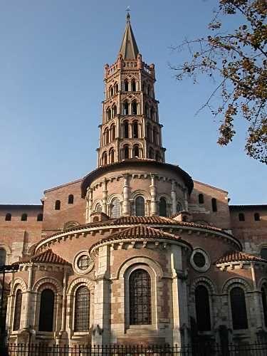 Basilique Saint-Sernin de Toulouse, XIe-XIIe siècles. Vue du chevet à déambulatoire et chapelles rayonnantes.