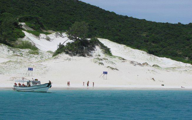 Acessível somente por barco, a Praia do Farol, em Arraial do Cabo (RJ) chama a atenção pela areia branca e águas transparentes. Foto: Flickr/ AmadeuJr