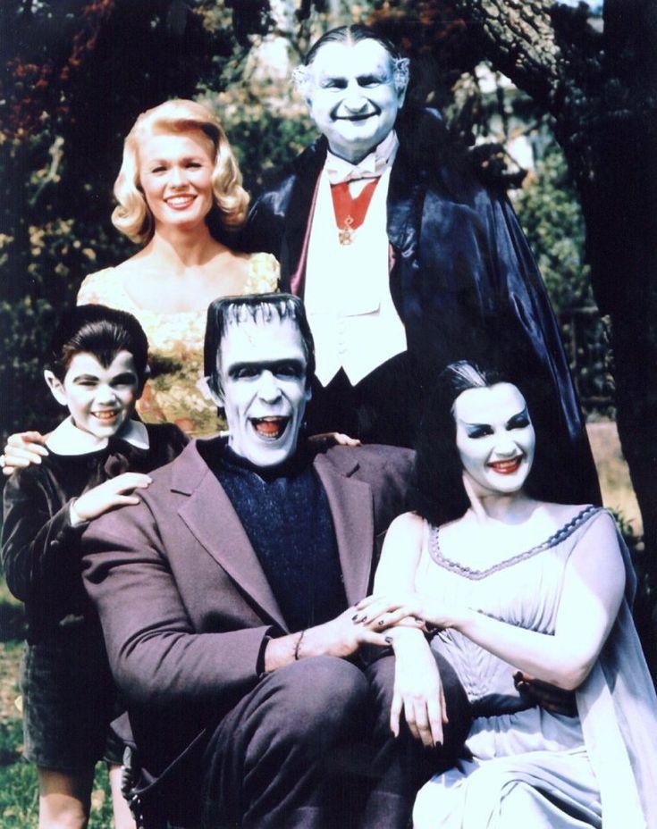 """La belle Yvonne De CARLO est Lily MUNSTER dans """"Les Monstres"""" (The Munsters), une série télévisée américaine en 70 épisodes de 25 minutes, créée par Joe CONNELLY et Bob MOSHER et diffusée entre le 24 septembre 1964 et le 12 mai 1966 sur le réseau CBS. En France, la série a été diffusée à partir du 7 septembre 1986 sur Canal+. Une deuxième série, intitulée """"Les nouveaux Monstres sont arrivés"""" (The Munsters Today), en 72 épisodes de 25 minutes, a été diffusée du 9 octobre 1988 au 24 mai 1991…"""