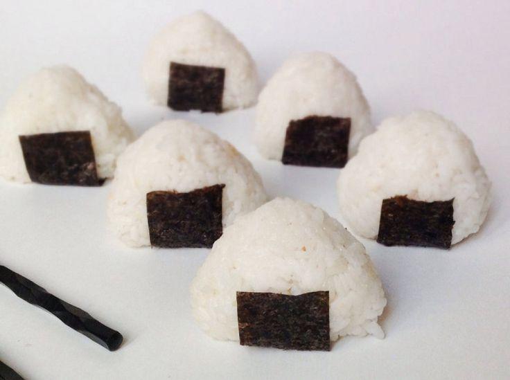 Cómo hacer onigiri. No te pierdas el paso a paso que ha compartido la autora del blog La Cuchara Azul. Visita su Facebook https://www.facebook.com/lacucharazul para ver muchas más recetas.