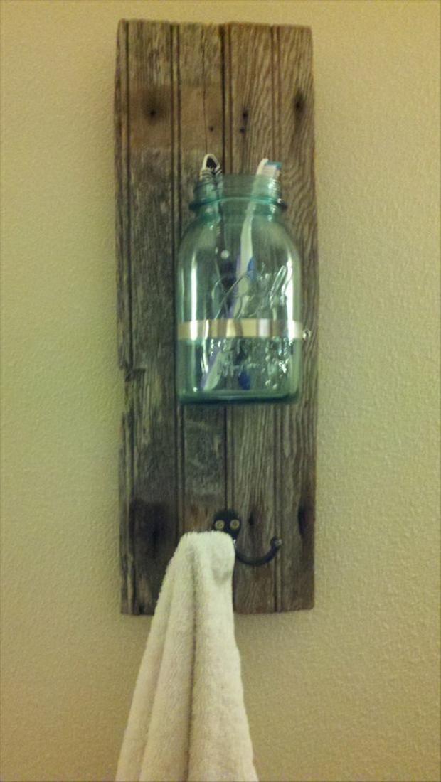 Idée porte serviette Planche de bois - Crochet - bocal en verre de rangement
