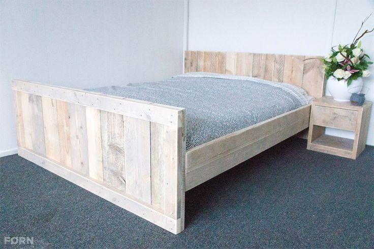 Dit steigerhouten bed is een aanwinst voor elke slaapkamer. Het bed heeft een mooie uitstraling en is compleet te maken met een lattenbodem en laden.