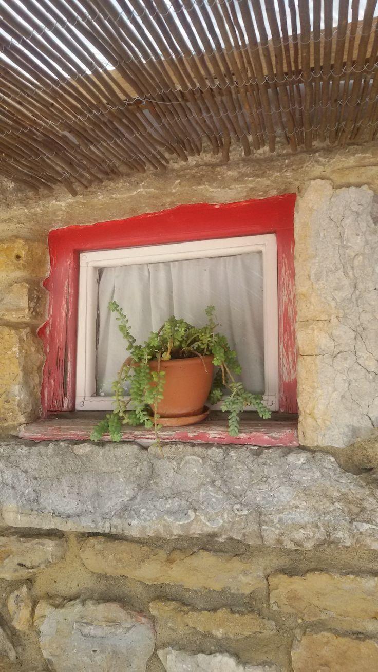 Oud raampje in stenen muur