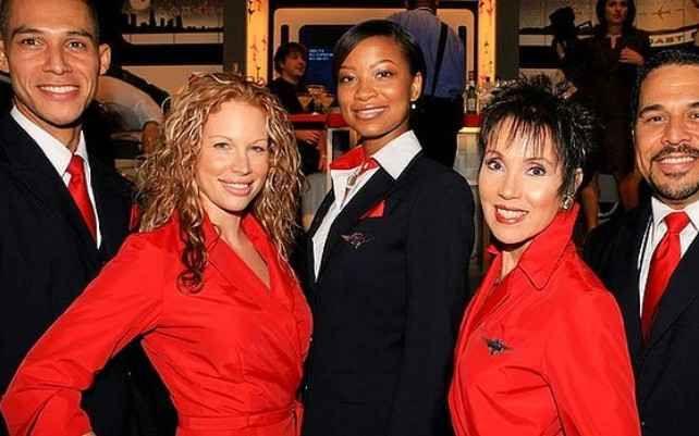 Delta Airline Недавно этот американский авиаперевозчик представил новую линию одежды для своих бортпроводников.  Одежда стюардесс Delta Airline яркая, сексуальная и броская. Ярко-красные платья небесных ласточек, вне всяких сомнений, привлекают внимание пассажиров, а мужская половина экипажа, напротив, облачена в сдержанно белые рубашки, черные жилеты и брюки.