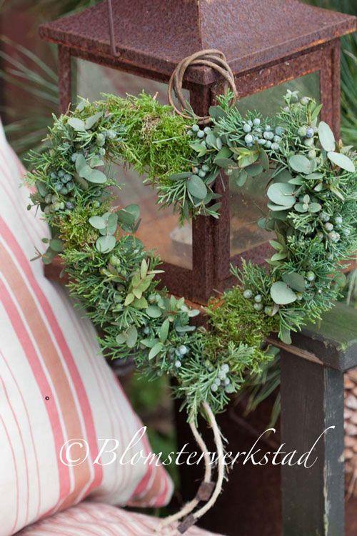 Wreath with eucalyptus, juniper and green moss   Det är inte riktigt vår än. Hur mycket jag än vill det. Tyvärr, åter minus o snö. På kran...