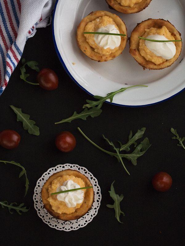 revuelto de huevos en cestillo de patata