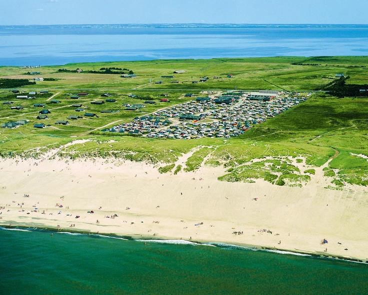 Nordsø Camping & Badeland is een uniek gelegen, kindvriendelijke duincamping in beschermd gebied aan de Noordzeekust van Jutland met overdekt zwemparadijs. Over de camping loopt de nationale fietsroute. De camping is rustig en natuurlijk gelegen op een strook land tussen de Noordzee en een binnenzee. Op ca. 6 km van het havenplaatsje Hvide Sande. Over een hoge duin bereik je het brede zandstrand behorend bij de camping.
