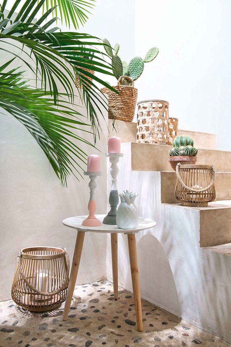 Un bel escalier en bois avec une touche pastel, on adore !