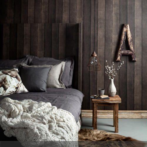 Die originelle Fototapete in Holz-Optik und der Nachttisch aus Holz verleihen dem Zimmer ein rustikales Flair. - mehr auf roomido.com