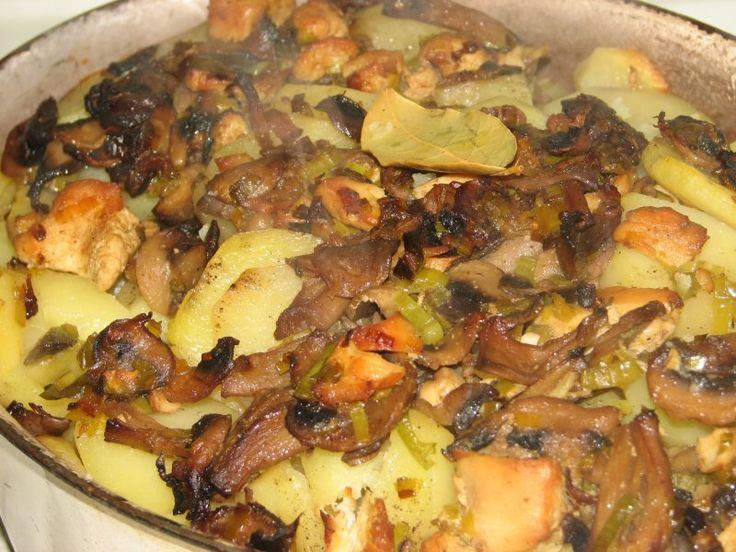 Przepis na pieczone ziemniaki z kurczakiem i pieczarkami. Ziemniaki obrać ze skórki, opłukać i pokroić w plasterki. Dodać do nich sól, pieprz i dokładnie wymieszać. Filet z kurczaka pokroić w kostkę, obsypać przyprawą do kurczaka i przełożyć na patelnie na gorący olej.
