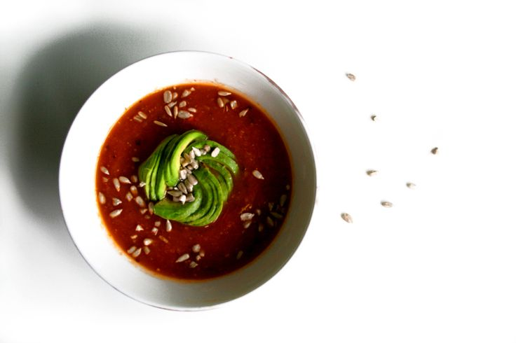 Ruoka-alkemisti: Tomaattikeitto avokadoruusulla